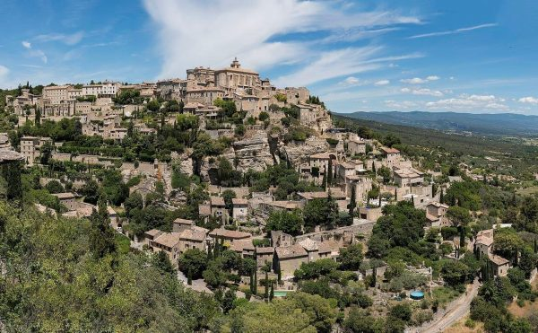 Photo panoramique du village de Gordes qui se situe dans le Luberon