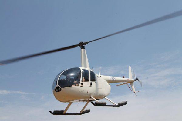 R44 en vol de face