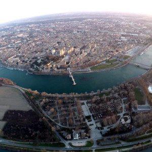 Le Pont d'Avignon et la Palais des Papes vuent du ciel au dessus de la Barthelasse