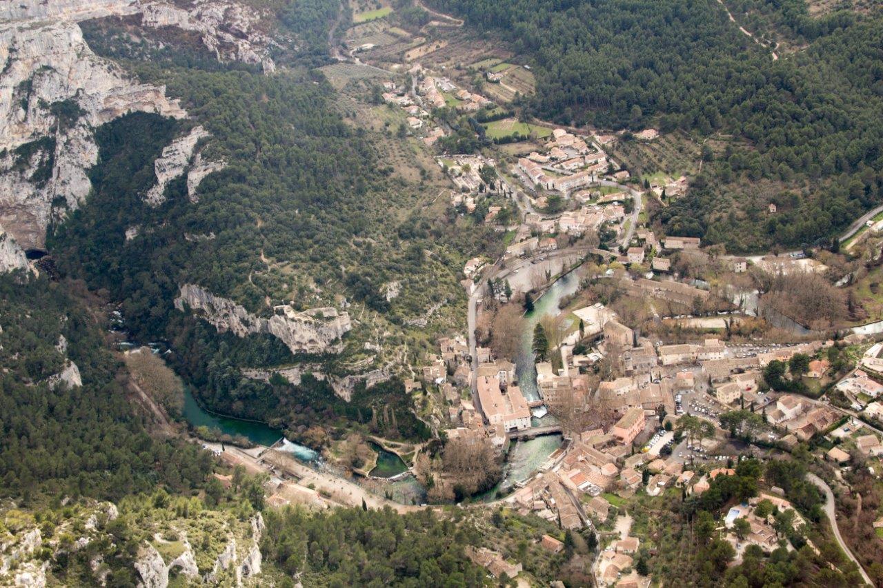 Vue aérienne de fontaine de Vaucluse dans le Luberon